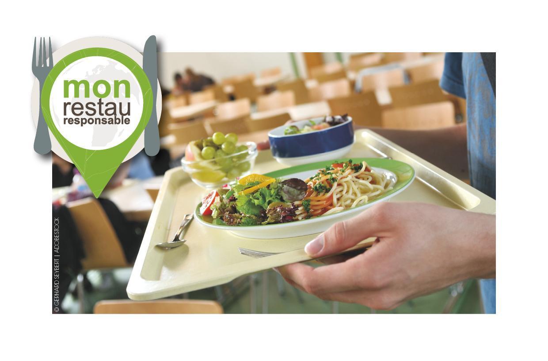 Plateau garni d'une assiette de salade et spaghetti, avec le logo du programme Mon Restau Responsable