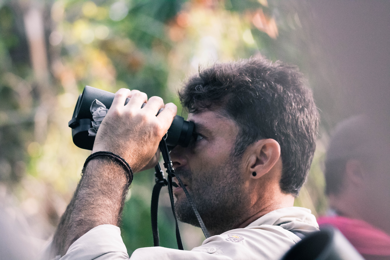 Homme observant la nature avec des jumelles