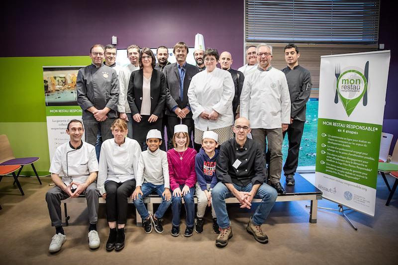 Nicolas Hulot entouré des responsables de cuisine engagés dans le programme Mon Restau Responsable